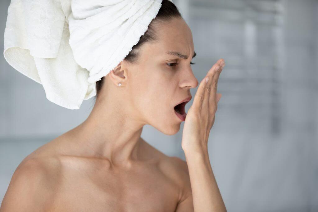 13 Gründe warum dein Atem unangenehm riecht