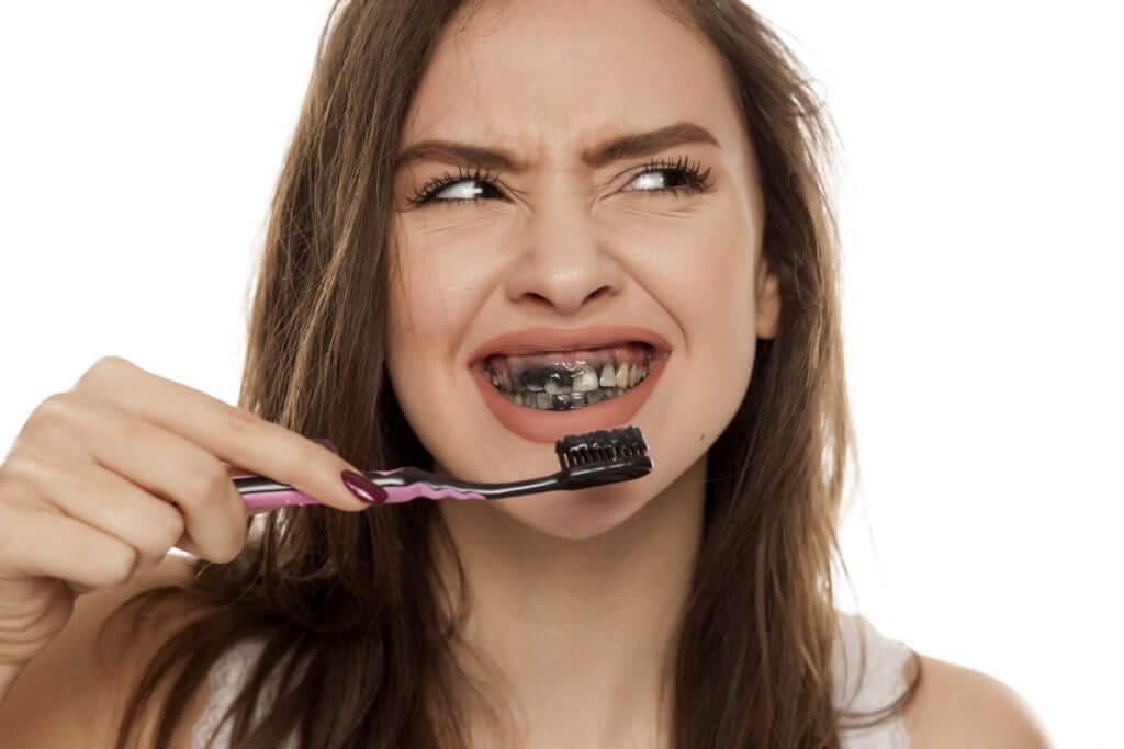 Aktivkohle in der Zahnpasta