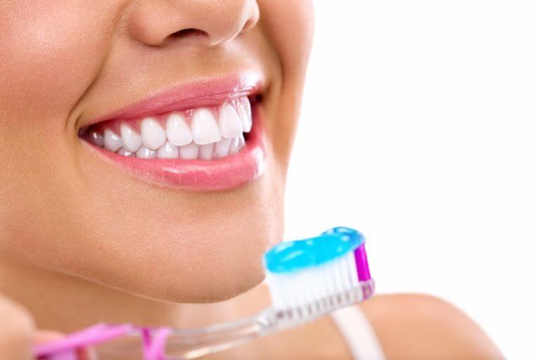 So funktionieren zahnaufhellende Zahncremes