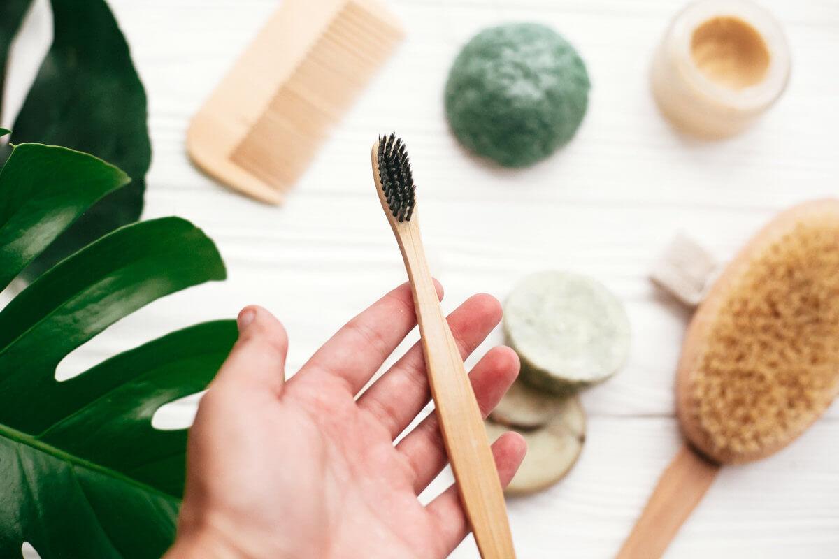 Verwende eine Zahnbürste aus Bambusholz