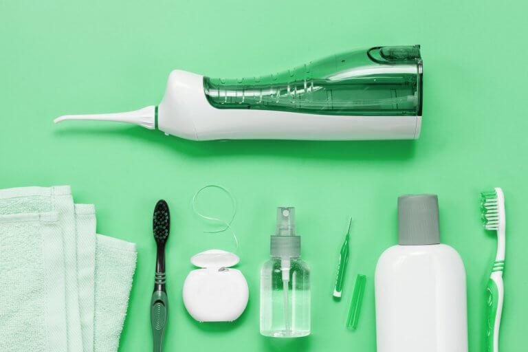 Zahnseide, Interdentalbürste oder Munddusche Wie lassen sich Zahnzwischenräume optimal reinigen