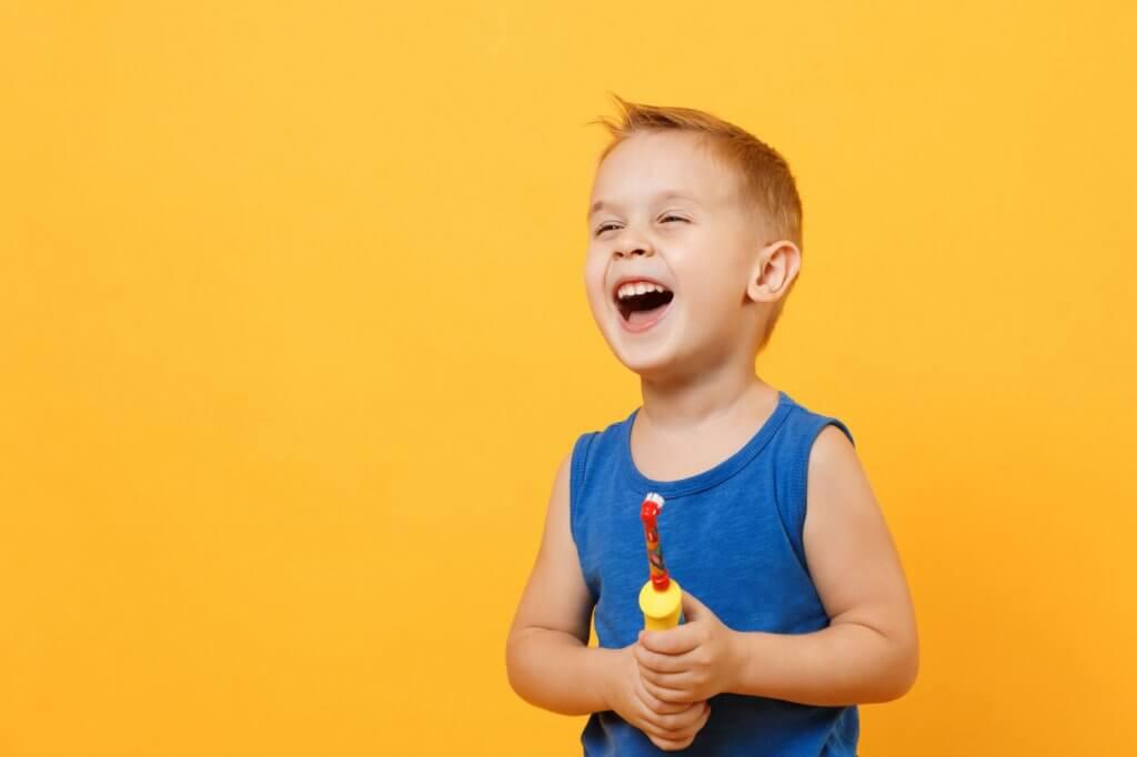 Eine elektrische Kinderzahnbürste hilft Kindern beim Zähneputzen